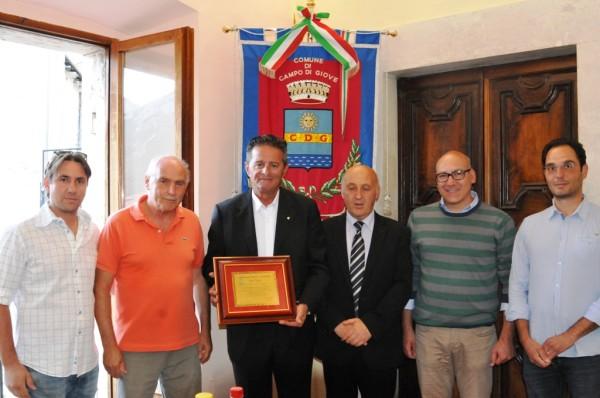Il carabiniere Tocci con il sindaco e i consiglieri comunali di Campo di Giove