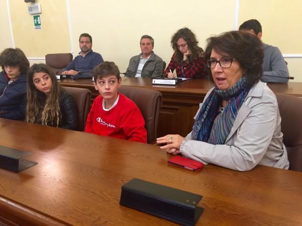 La dirigente scolastica del liceo classico Caterina Fanatizzi con una rappresentativa di studenti