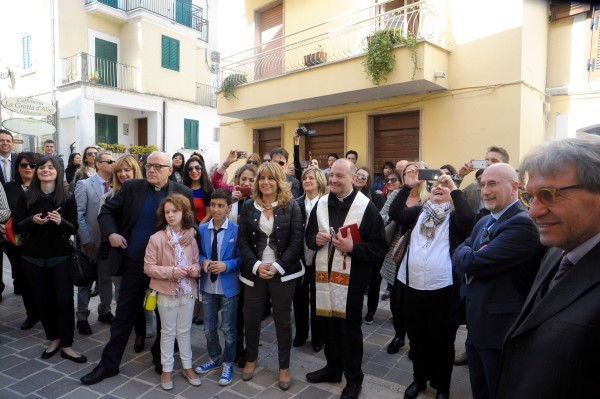 Don Renato Frappi parroco di Pratola Peligna benedice la filiale
