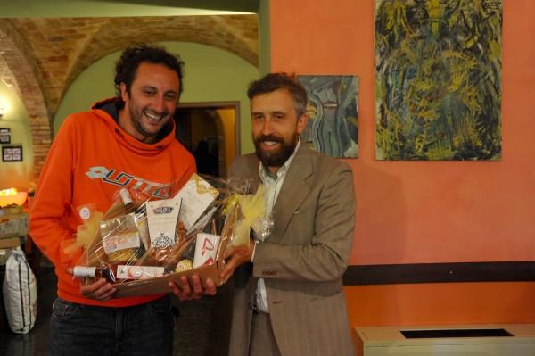 Alessandro Lucci premia Domenico Pace, vincitore tra i rossi e primo anche per la giuria popolare