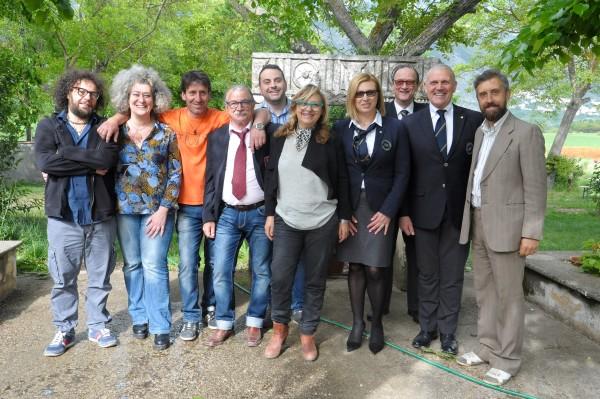 I sommelier che hanno giudicato i vini e gli organizzatori posano per la foto di rito