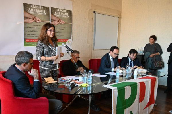 """Teresa Nannarone nel corso del suo intervento nel convegno """"Reagire alle Mafie"""""""