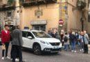 """TURISTI IN CENTRO STORICO FANNO """"SLALOM"""" TRA LE AUTO"""